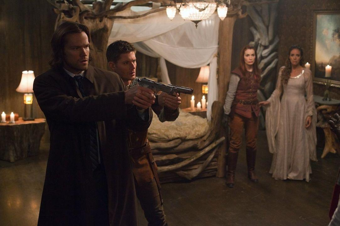 Können Sam (Jared Padalecki, l.) und Dean (Jensen Ackles, 2.v.l.) Charlie (Felicia Day, 2.v.r.) und der Fee Gilda (Tiffany Dupont, r.) helfen? - Bildquelle: Warner Bros. Television
