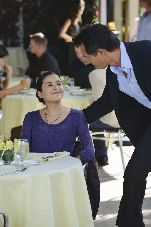 Noch ahnt Jake (Benjamin Bratt, r.) nicht, welch Neuigkeit seine Tochter Angela (Emily Rios, l.) für ihn hat ... - Bildquelle: ABC Studios