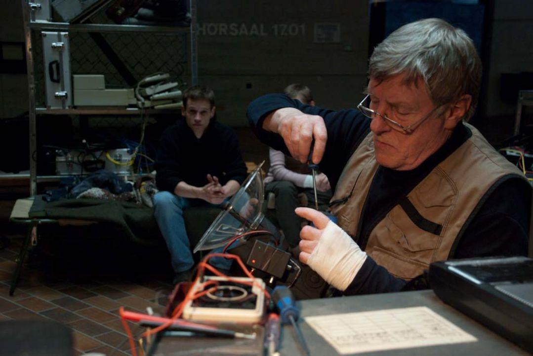 Moderner Geisterjäger: Professor Dieter Angerer (Manfred Zapatka) versucht mit Hilfe von Infrarotkameras, die Erscheinungen wissenschaftlich zu ent... - Bildquelle: ProSieben