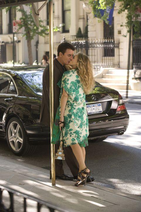 Mr. Big (Chris Noth, l.) und Carrie (Sarah Jessica Parker, r.) wollen in eine gemeinsame Zukunft starten. Jetzt fehlt ihnen nur noch die passende Wo... - Bildquelle: Warner Brothers