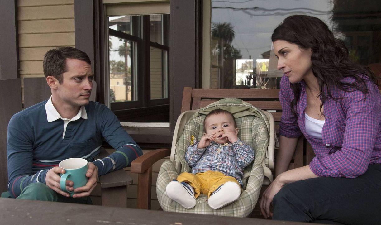 Ryan (Elijah Wood, l.) ist sich nicht sicher, ob Kristens (Dorian Brown, r.) neuer Freund wirklich der richtige für seine Schwester und seinen Neffe... - Bildquelle: 2013 Bluebush Productions, LLC. All rights reserved.