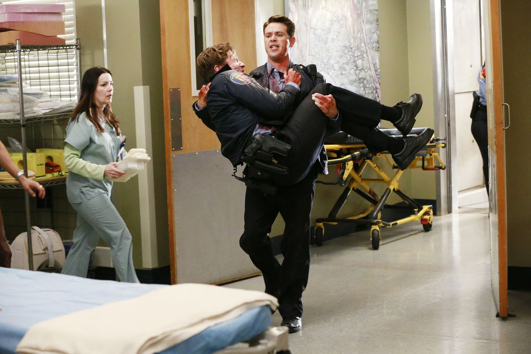 Zwei Polizisten (William Nicol, 2.v.l. und Kevin Alejandro, r.) werden nach einem Raubüberfall in die Notaufnahme eingeliefert. Für die Ärzte beginn... - Bildquelle: ABC Studios