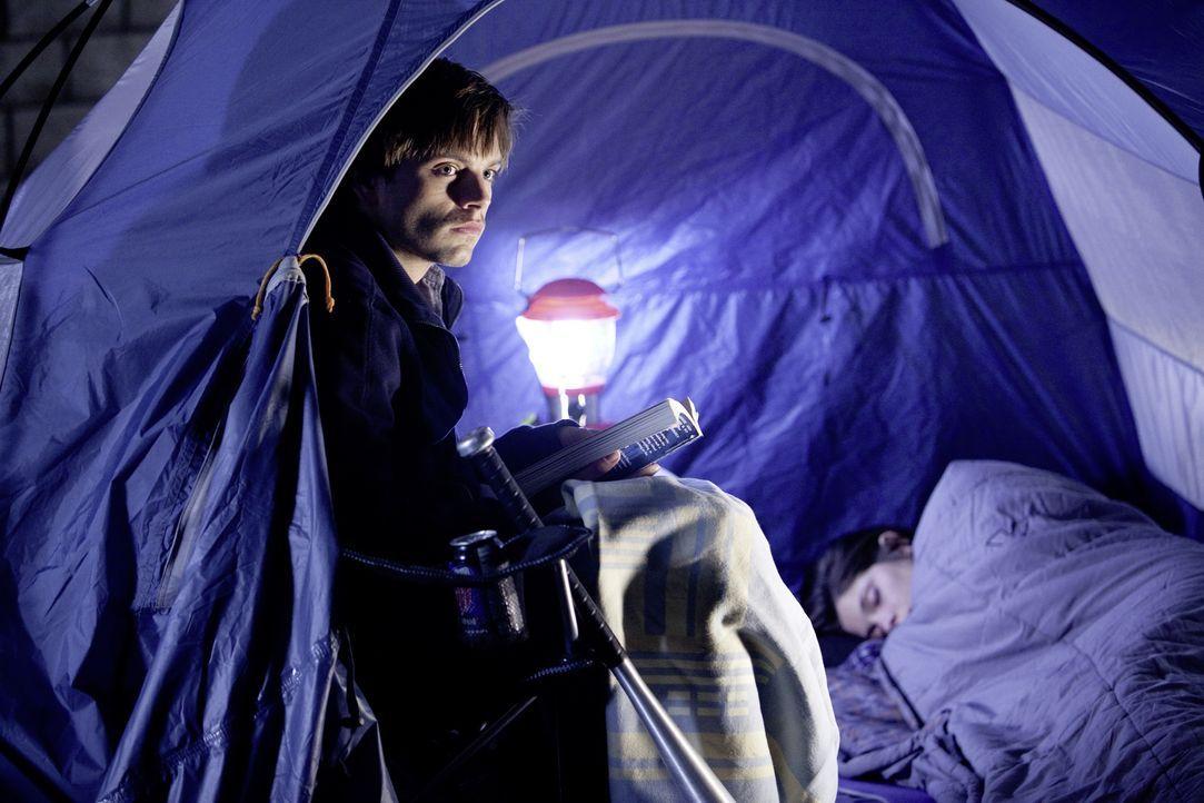 Während Ben (Sebastian Stan, l.) versucht, den beängstigen Phänomenen auf den Grund zu gehen, indem er Kameras installiert, erfährt Kelly (Ashley Gr... - Bildquelle: 2012 Dark Castle Holdings, LLC.