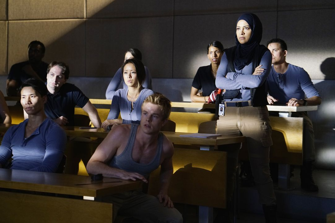 Auf Caleb (Graham Rogers, vorne r.), Nimah (Yasmine Al Massri, M.r.) und die anderen Rekruten wartet eine ganz besondere Aufgabe als Zwischenprüfung... - Bildquelle: Jonathan Wenk 2015 ABC Studios