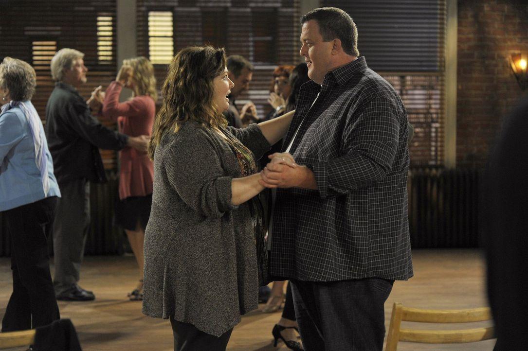 Während Molly (Melissa McCarthy, l.) plant, mit Mike (Billy Gardell, r.) zu einem Tanzkurs zu gehen, taucht Victoria mit dem obdachlosen Dylan auf,... - Bildquelle: Warner Brothers