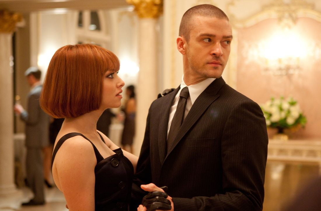 "Als es Will (Justin Timberlake, r.) gelingt, Sylvias (Amanda Seyfried, l.) Vater beim Pokern um 1100 Jahre Lebenszeit zu erleichtern, heften sich ""T... - Bildquelle: Stephen Vaughan 2011 Twentieth Century Fox Film Corporation. All rights reserved. /   2011 Regency"