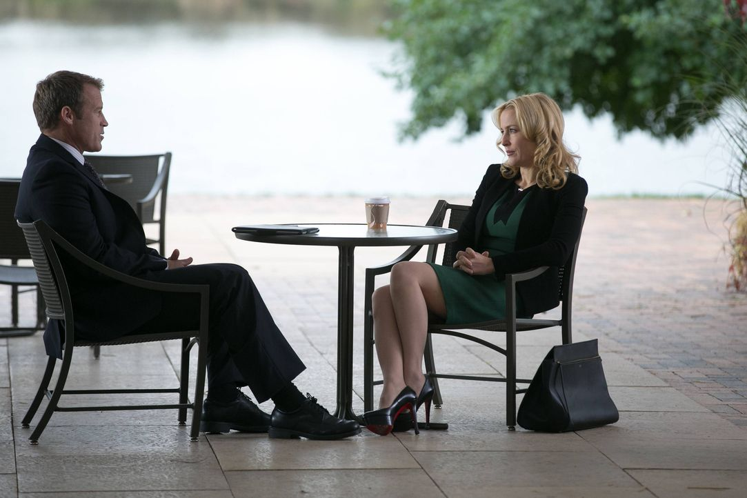 Was haben CIA Director Widener (Mark Valley, l.) und Meg Fitch (Gillian Anderson, r.) miteinander zu tun? - Bildquelle: 2013-2014 NBC Universal Media, LLC. All rights reserved.