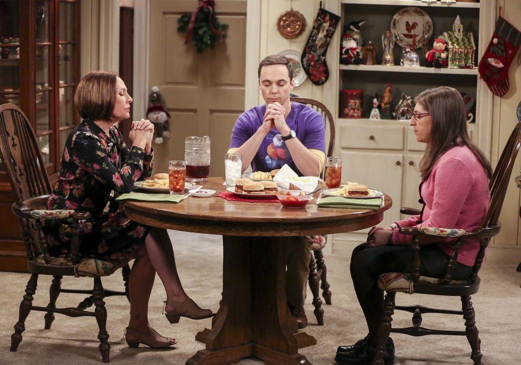 Der Weihnachtsbesuch von Sheldon (Jim Parsons, M.) und Amy (Mayim Bialik, r.) bei seiner Mutter (Laurie Metcalf, l.) eskaliert schon kurz nach dem T... - Bildquelle: 2016 Warner Brothers