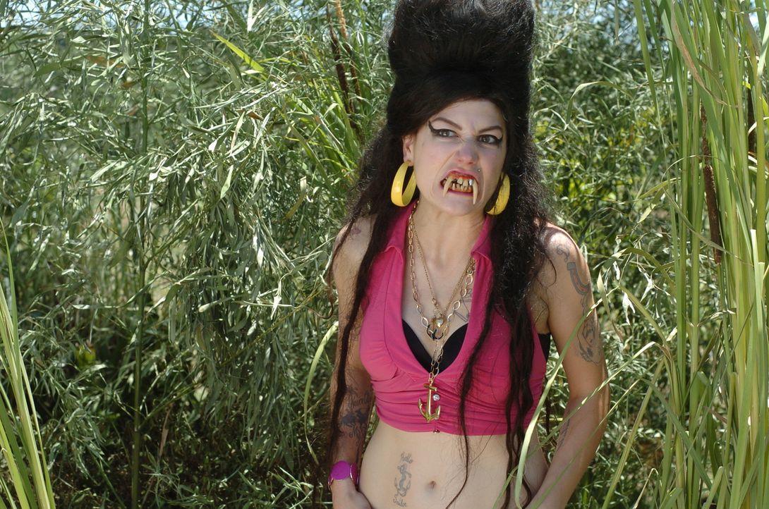 Eine junge Frau, die Amy Winehouse (Nicole Parker) zum Verwechseln ähnlich sieht, glaubt, das Ende der Welt stehe kurz bevor ... - Bildquelle: Constantin Film Verleih
