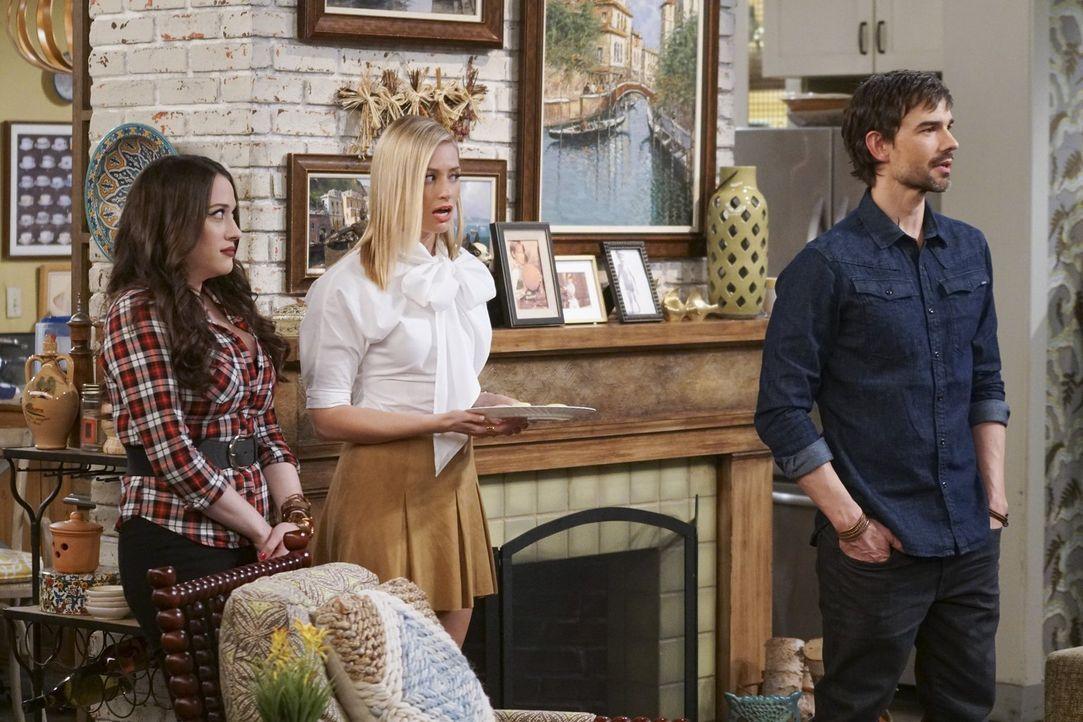 Eigentlich läuft zwischen Caroline (Beth Behrs, M.) und Bobby (Christopher Gorham, r.) alles bestens. Sogar so gut, dass er sie und Max (Kat Denning... - Bildquelle: Warner Bros. Television