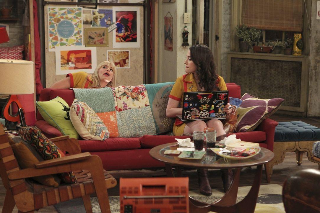 Während Max (Kat Dennings, r.) ihrem Chef in Sachen Frauen etwas auf die Sprünge  hilft, befürchtet Caroline (Beth Behrs, l.) sich mit einer Gesc... - Bildquelle: Warner Bros. Television