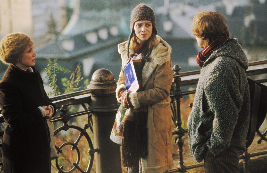 Als Lenny (Oliver Korittke, r.) und Helena (Lucie Zednicková-Pokorná, M.) von Martina (Milena Steinmasslová, l.) erfahren, dass die ermordete Eva... - Bildquelle: Jiri Hanzl ProSieben