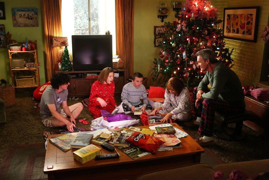 (v.l.n.r.) Axl (Charlie McDermott); Sue (Eden Sher); Brick (Atticus Shaffer); Frankie (Patricia Heaton); Mike (Neil Flynn) - Bildquelle: Warner Brothers