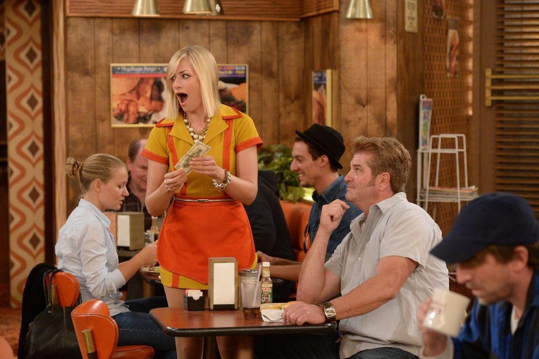 Das wird noch was mit dem Kellnern: Caroline (Beth Behrs, M) bekommt ein großzügiges Trinkgeld, doch ob das darüber wegtrösten kann, dass ihr Cupcak... - Bildquelle: Warner Brothers