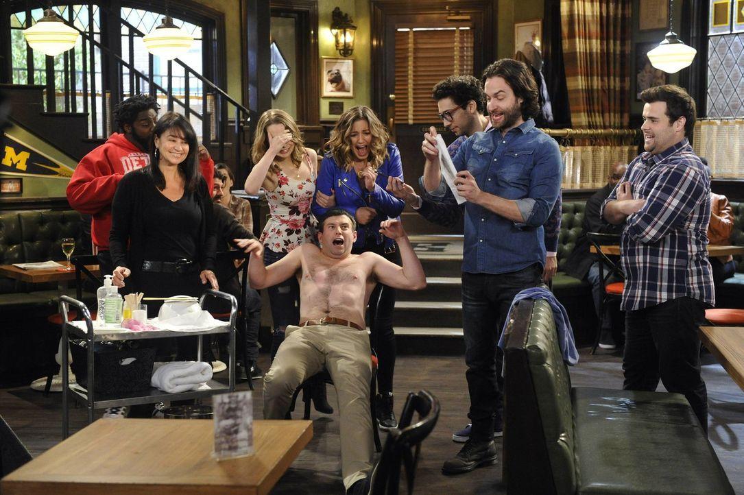 Justin (Brent Morin, vorne M.) steht eine unangenehme Situation bevor - doch seine Freunde haben jede Menge Spaß dabei: Shelly (Ron Funches, l.), Ca... - Bildquelle: Warner Brothers