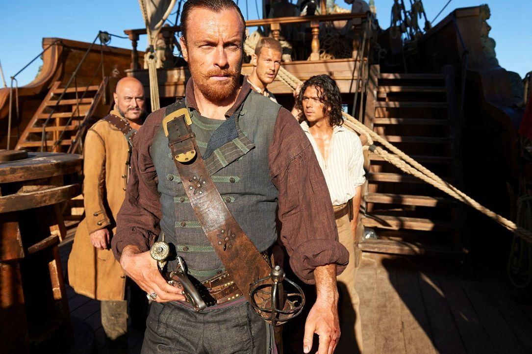 (1. Staffel) - Nur gemeinsam können Captain Flint (Toby Stephens, 2.v.l.) und seine Piratencrew, Gates (Mark Ryan, l.), Billy Bones (Tom Hopper, 2.v... - Bildquelle: 2013 Starz Entertainment LLC, All rights reserved