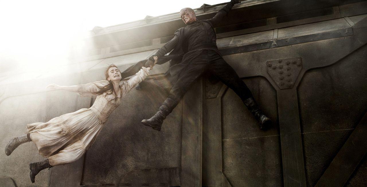 In letzter Minute gelingt es Priest (Paul Bettany, r.), seine Nichte Lucy (Lily Collins, l.) aus den Fängen der Vampire zu reißen ... - Bildquelle: Scott Garfield 2011 Screen Gems, Inc. All Rights Reserved.