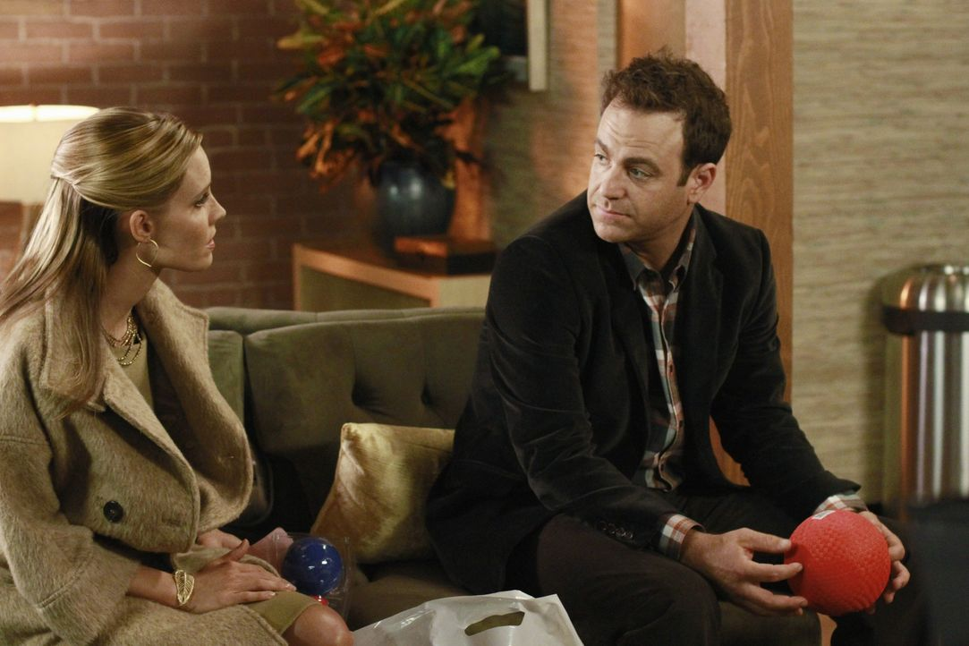 Cooper (Paul Adelstein, r.) lernt seinen mutmaßlichen Sohn Mason kennen. Er ist sofort Feuer und Flamme - im Gegensatz zu Charlotte (KaDee Strickla... - Bildquelle: ABC Studios