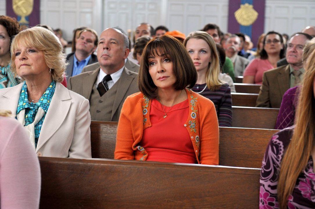 Als Frankie (Patricia Heaton, M.) mal wieder fast während des Gottesdienstes einschläft, beschließt sie, mit ihrer Familie eine andere Kirche auszup... - Bildquelle: Warner Brothers