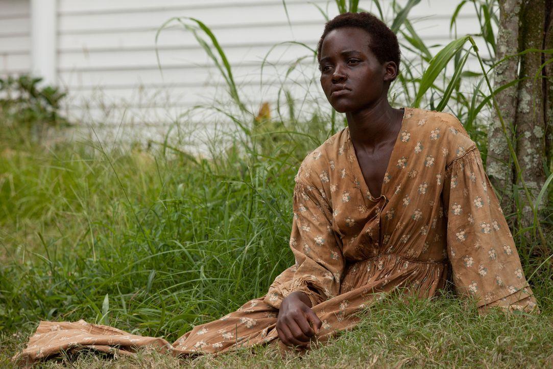 Patsey (Lupita Nyong'o) erweckt das Begehren ihres Sklaventreibers Edwin Epps, was sie nicht nur brutalen Vergewaltigungen aussetzt, sondern auch de... - Bildquelle: TOBIS FILM