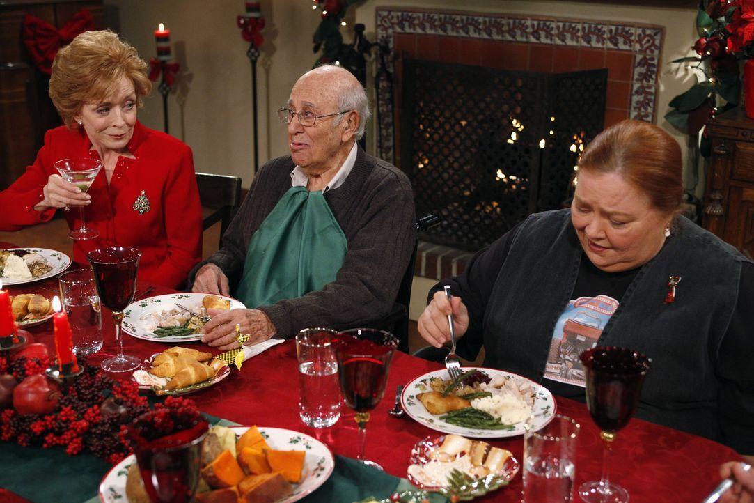 Das Fest der Liebe: Evelyn (Holland Taylor, l.), Marty (Carl Reiner, M.) und Berta (Conchata Ferrell, r.) ... - Bildquelle: Warner Brothers