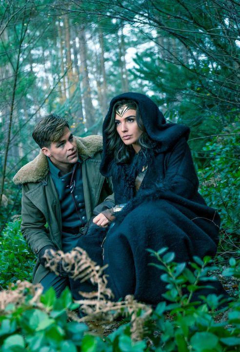 Steve Trevor (Chris Pine, l.); Diana alias Wonder Woman (Gal Gadot, r.) - Bildquelle: Warner Bros.