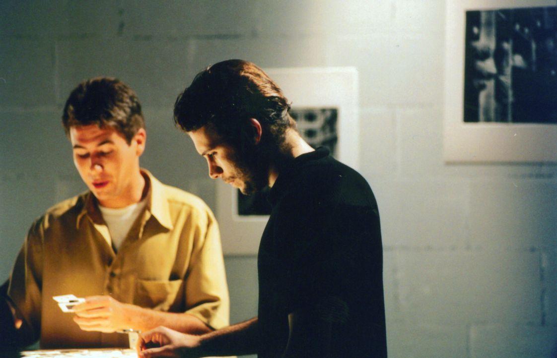 Mica (Jeremy Sisito, r.) hat sich unsterblich in die Chefredakteurin Taylor verliebt. Doch seine Angebetene verhält sich etwas kühl ... - Bildquelle: Kali Films