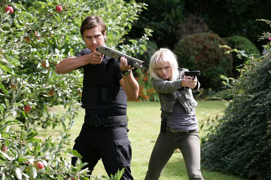 Bei einem Einsatz wird Connor von einem gigantischen Insekt in dessen unterirdischen Tunnel gezerrt. Becker (Ben Mansfield, l.) und Abby (Hannah Spe... - Bildquelle: ITV Plc