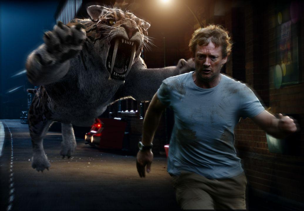 Die einzige Chance, um zu überleben, ist die Flucht vor dem Säbelzahntiger: Cutter (Douglas Henshall) ... - Bildquelle: ITV Plc