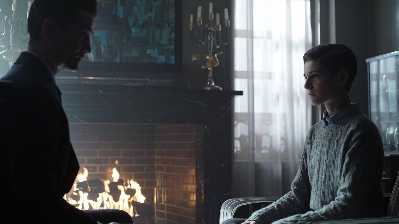 Um von seinen Plänen für einen Geschäftsdeal mit Bruce Wayne (David Mazouz, r.) abzulenken, gibt Theo Galavan (James Frain, l.) Barbara den Auftrag,... - Bildquelle: Warner Brothers