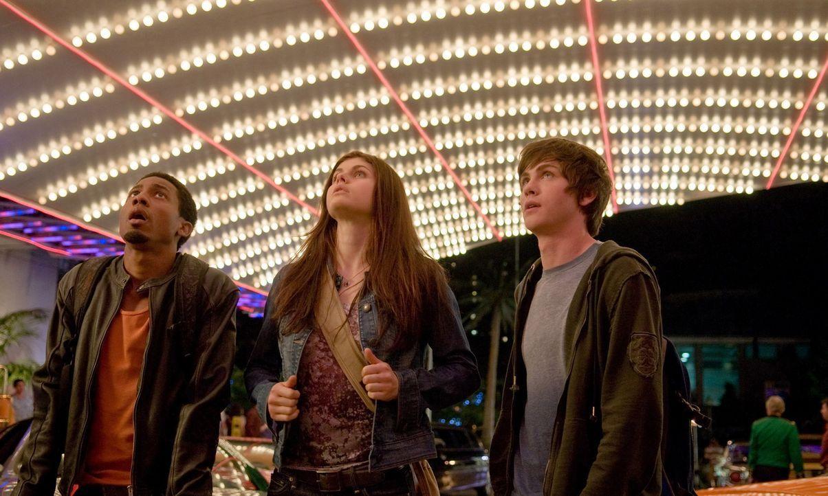 Gemeinsam mit Grover (Brandon T. Jackson, l.) und Annabeth (Alexandra Daddario, M.), der Tochter der Athene, macht sich Percy (Logan Lerman, r.) dar... - Bildquelle: 2010 Twentieth Century Fox Film Corporation. All rights reserved.