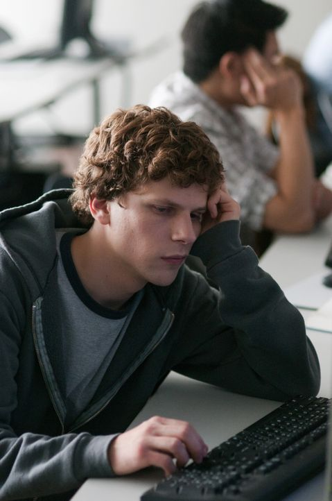 Der hochbegabte Harvard Student Mark Zuckerberg (Jesse Eisenberg) kreiert eine Webseite, thefacebook.com, auf der alle sozialen Erlebnisse im Colleg... - Bildquelle: 2010 Columbia Pictures Industries, Inc. and Beverly Blvd LLC. All Rights Reserved.