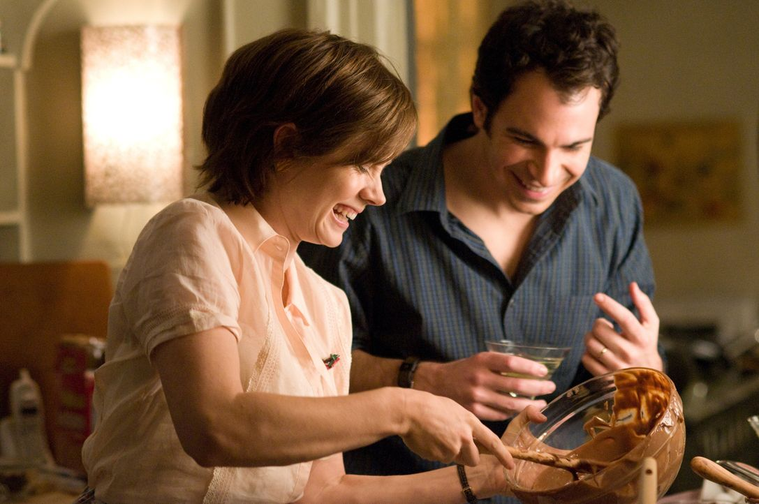 Durch einen ehrgeizigen Plan verändert sich ihr Leben: Julie (Amy Adams, l.) und Eric (Chris Messina, r.) ... - Bildquelle: 2009 Columbia Pictures Industries, Inc. All Rights Reserved.