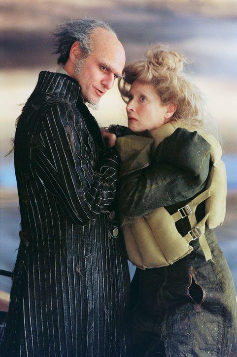 Auch nachdem Graf Olaf (Jim Carrey, l.) das Sorgerecht an Tante Josephine (Meryl Streep, r.) verloren hat, lässt er nicht locker. Er will die Kinder... - Bildquelle: Copyright   2004 by  DREAMWORKS LLC  and PARAMOUNT PICTURES CORPORATION.  All Rights Reserved.