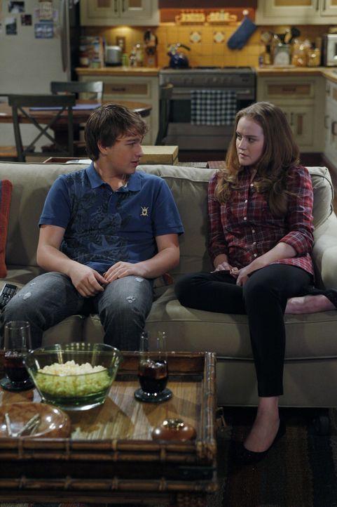Charlie kommt betrunken nach Hause und vermasselt seinem Neffen Jake (Angus T. Jones, l.) ein Date mit dessen neuer Freundin Megan (Macy Cruthird, r... - Bildquelle: Warner Bros. Television