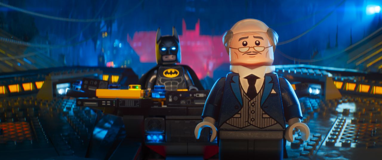 Batman (l.); Alfred Pennyworth (r.) - Bildquelle: 2017 Warner Bros. Entertainment Inc. and RatPac Entertainment, LLC. BATMAN and all related characters and elements   & TM DC Comics.