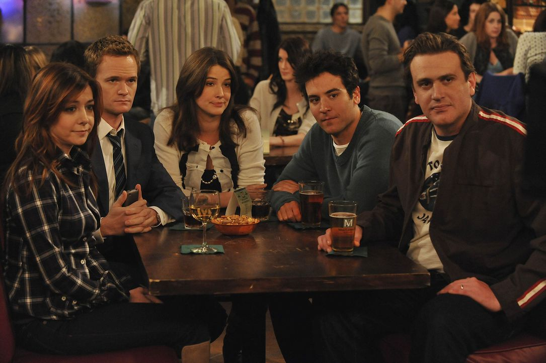 Die perfekte Woche: Robin (Cobie Smulders, M.), Ted (Josh Radnor, 2.v.r.), Barney (Neil Patrick Harris, 2.v.l.), Marshall (Jason Segel, r.) und Lily... - Bildquelle: 20th Century Fox International Television