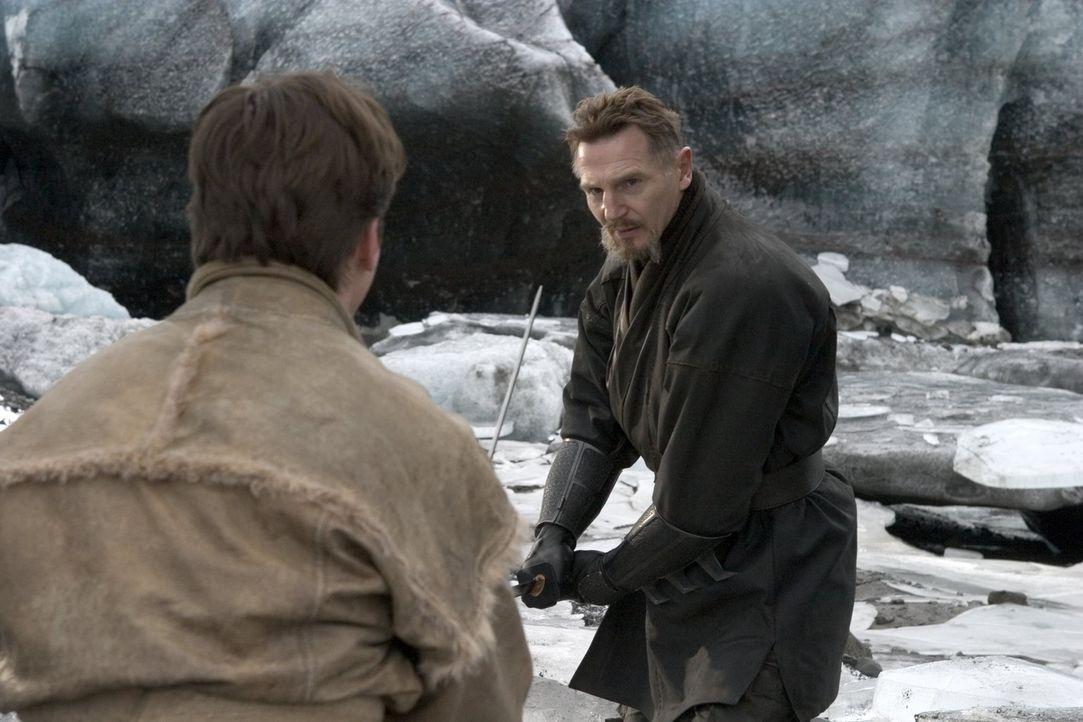 Unermüdlich schult Henri Ducard (Liam Neeson, r.) Bruce (Christian Bale, l.) in den verschiedenen Kampftechniken, die ihm dabei helfen sollen, eine... - Bildquelle: 2005 Warner Brothers
