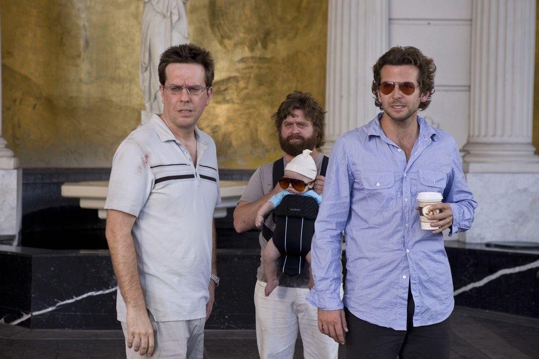 Erinnerungen ausgelöscht: Die drei Überlebenden des Junggesellenabschieds, Phil (Bradley Cooper, r.), Stu (Ed Helms, l.) und Alan (Zach Galifianak... - Bildquelle: Warner Brothers