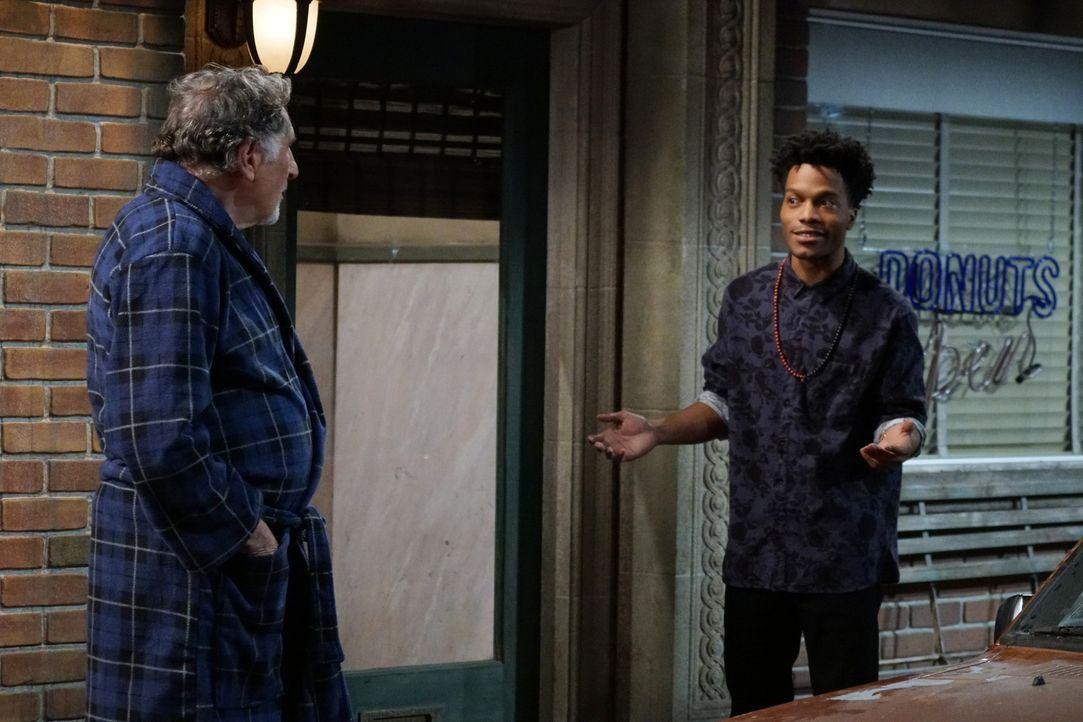 Franco (Jermaine Fowler, r.) ist geschockt, als er erfährt, dass Arthur (Judd Hirsch, l.) jeden Morgen gegen vier Uhr alleine einige Blocks geht, nu... - Bildquelle: Monty Brinton 2016 CBS Broadcasting, Inc. All Rights Reserved.