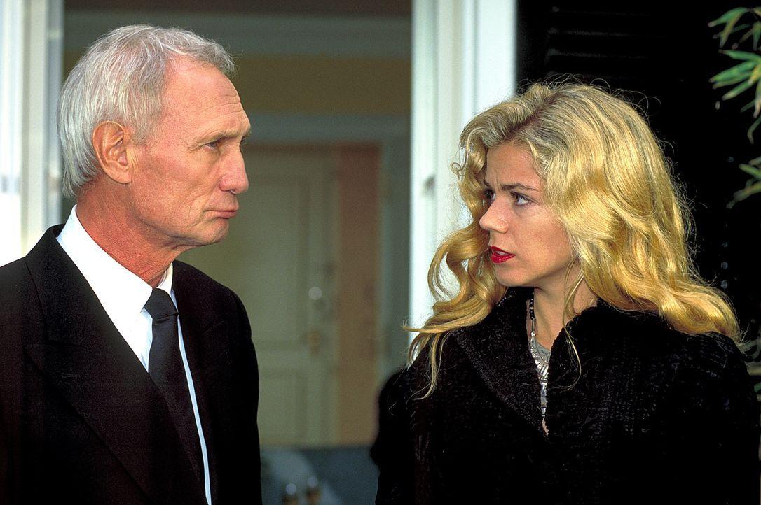 Gegen den Willen des Clan-Chefs Raimund (Arthur Brauss, l.) macht sich Laura (Diana Frank, r.) auf, dem Mörder ihrer Familie auf die Spur zu kommen... - Bildquelle: Magdalena Mate ProSieben