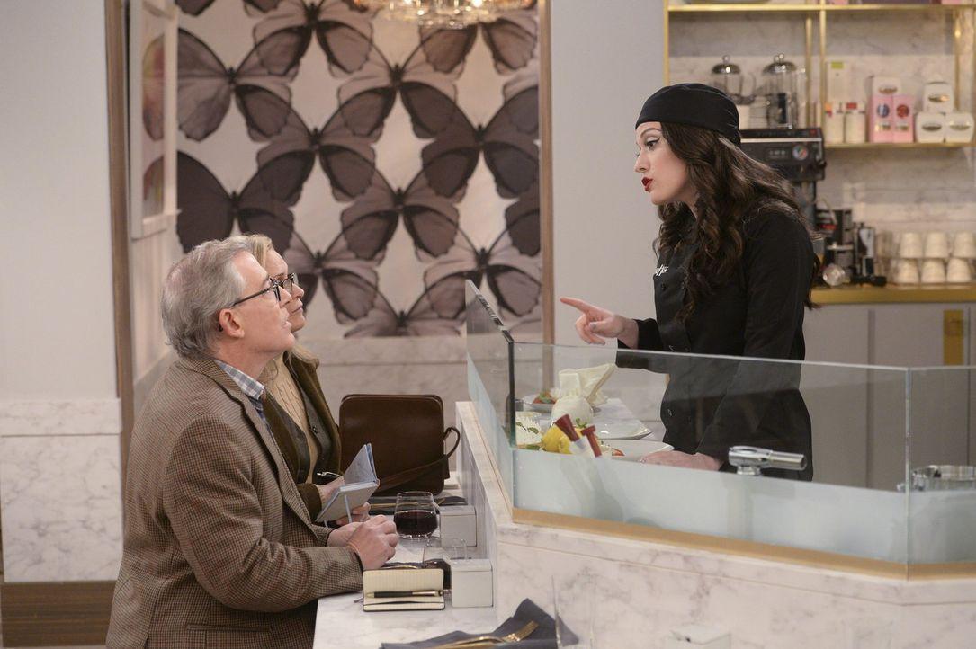 """Gerade im """"The High"""" muss Max (Kat Dennings, r.) besonders freundlich zu den Gästen, wie Rudy (Gary Rubenstein, l.), sein, auch wenn ihr das nicht i... - Bildquelle: Warner Bros. Television"""