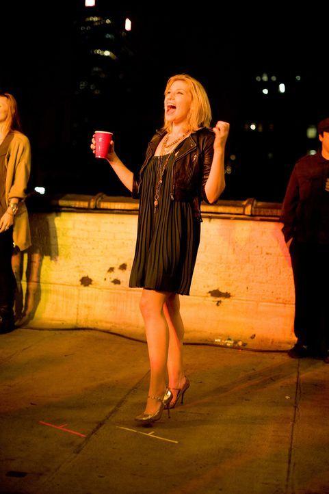 Trinkt gerne viel mehr als ihr gut tut: Caroline (Ari Graynor) ... - Bildquelle: 2008   CPT Holdings, Inc. All Rights Reserved. (Sony Pictures Television International)
