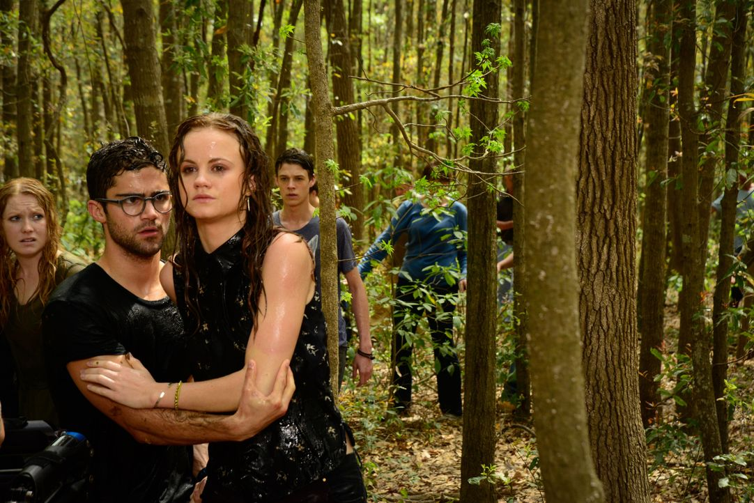 Die Beziehung, die Hunter (Max Ehrich, l.) und Norrie (Mackenzie Lintz, r.) in der Parallelwelt aufgebaut haben, bringt schließlich auch in der Real... - Bildquelle: Brownie Harris 2015 CBS Studios Inc.