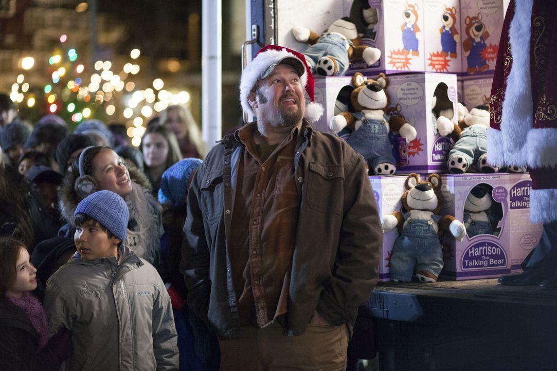 Vater Larry (Larry the Cable Guy) versucht alles, um seiner kleinen Tochter ihren sehnlichsten Wunsche in Form eines sprechenden Teddybärs zu erfüll... - Bildquelle: 2014 Twentieth Century Fox Film Corporation. All rights reserved.