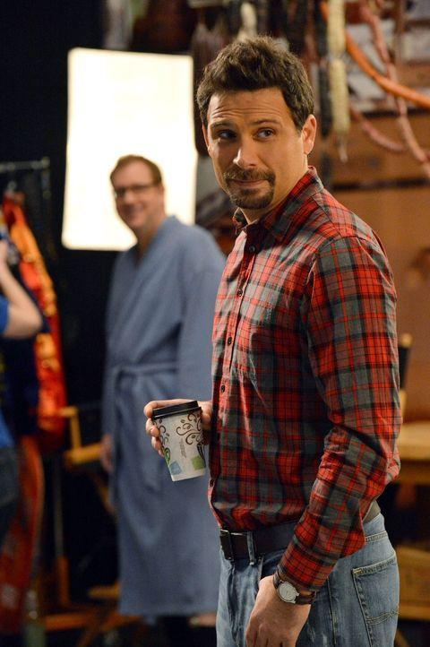 """George (Jeremy Sisto) willigt ein, bei einem """"Väter von Chatswin""""-Kalender mitzumachen. Als er zunehmend besessen von seinem Körper ist, entfremdet... - Bildquelle: Warner Brothers"""