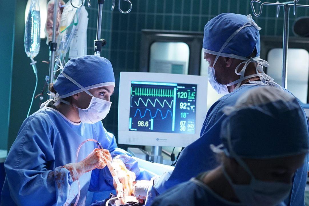 Werden Dr. Pinkney (Jillian Murray, l.) und Willis (Rob Lowe, r.) Amandas Stiefsohn verlieren? - Bildquelle: Monty Brinton 2015 ABC Studios
