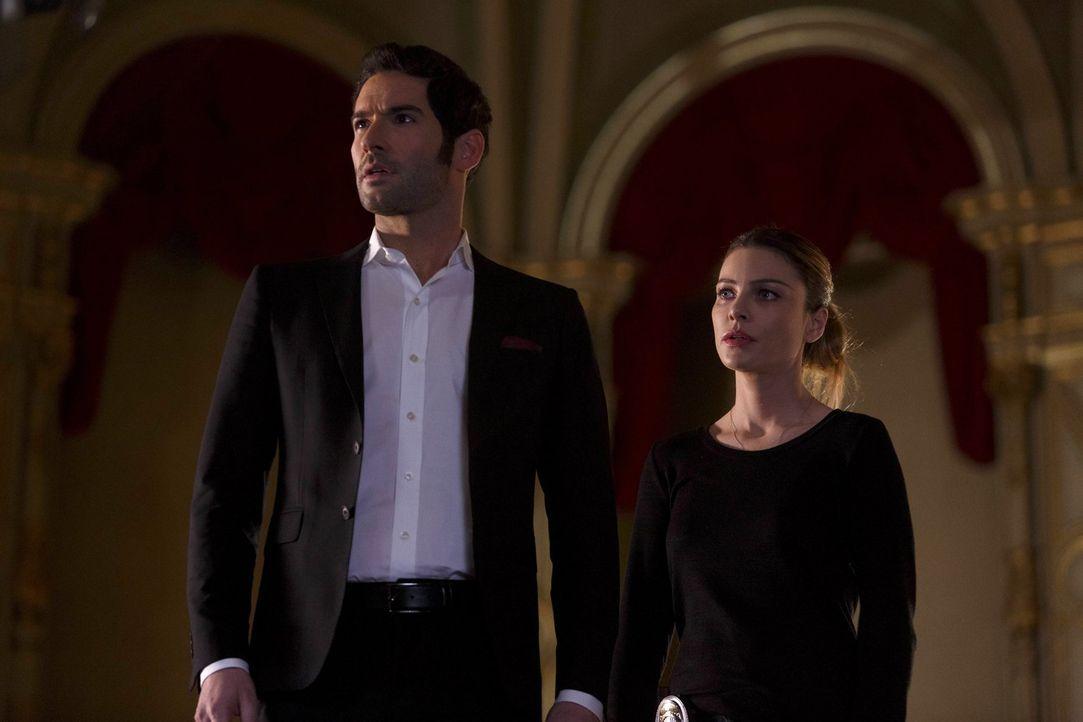 Ihr neuster Fall nimmt eine unerwartete Wendung, als Chloe (Lauren German, r.) sich damit auseinandersetzen muss, dass Lucifer (Tom Ellis, l.) mögli... - Bildquelle: 2016 Warner Brothers
