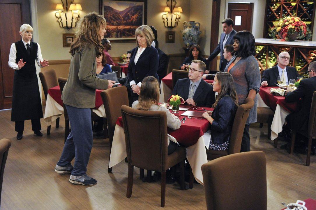 Nachdem Bonnie (Allison Janney, 2.v.l.) wieder getrunken hat, hat Christy (Anna Faris, l.) eine ganz besondere Therapiestunde für sie: Bonnie bekomm... - Bildquelle: Warner Brothers Entertainment Inc.