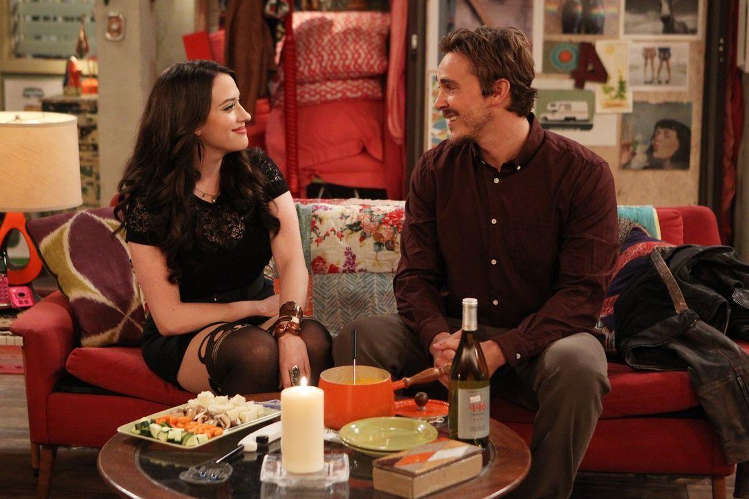 Bei Max (Kat Dennings, l.) und ihrem neuem Freund Owen (Steve Talley, r.) läuft es eigentlich ganz gut, wenn da nicht ein kleines aber entscheidende... - Bildquelle: Warner Brothers